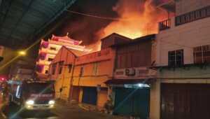 Breaking news! Sejumlah ruko di Pasar Malam Karimun terbakar. Api masih berkobar melahap beberapa ruko hingga Rabu (16/9/2020), pukul 19.25 WIB, (foto: yra)