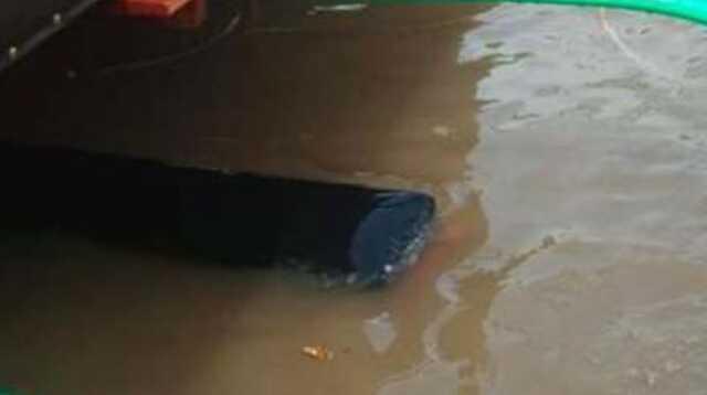 Speed Boat Pulau Burung Tujuan Tembilahan Tenggelam di Perairan Mandah Inhil. Badan speed boat tenggelam terendam air laut.