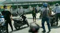 Salah satu korban tergeletak di jalan usai tabrakan. (foto: abd)