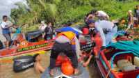 Petugas kepolisian dari Polairud Polres Inhil mengevakuasi penumpang SB Indra Jaya Grup yang tenggaelam, Minggu (6/12/2020).